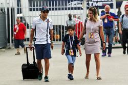 Felipe Massa, Williams, mit Ehefrau Raffaela Bassi und Sohn Felipinho