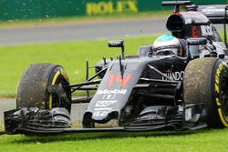 Fernando Alonso, McLaren MP4-31 part en tête-à-queue