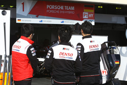 Ingenieros de Toyota buscan en el Porsche Team pit box