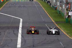 Daniel Ricciardo, Red Bull Racing RB12 and Felipe Massa, Williams FW38 battle for position
