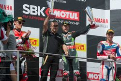 Podium : tweede, Chaz Davies, Aruba.it Racing - Ducati Team, Pere Riba, ingenieur Kawasaki Racing Te