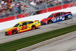 Joey Logano, Team Penske Ford; Ricky Stenhouse Jr., Roush Fenway Racing Ford