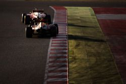 Sebastian Vettel, Ferrari SF16-H lidera a Daniel Ricciardo, Red Bull Racing RB12