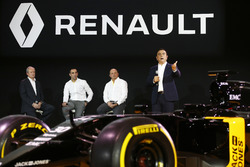 (L to R): Patrice Ratti, Renault Sport; Cyril Abiteboul, Renault Sport F1 Managing Direktor; Frederic Vasseur, Renault F1 Team Renndirektor; Carlos Ghosn, Präsident Renault