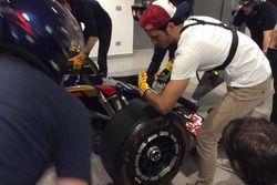 Carlos Sainz Jr., Toro Rosso, prva l'esperienza del cambio gomme