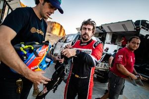 Fernando Alonso, Warren Naude, chief mechanic Toyota Gazoo Racing