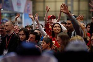 La mercancía de Ferrari se lanza a la multitud frente al escenario de Autosport