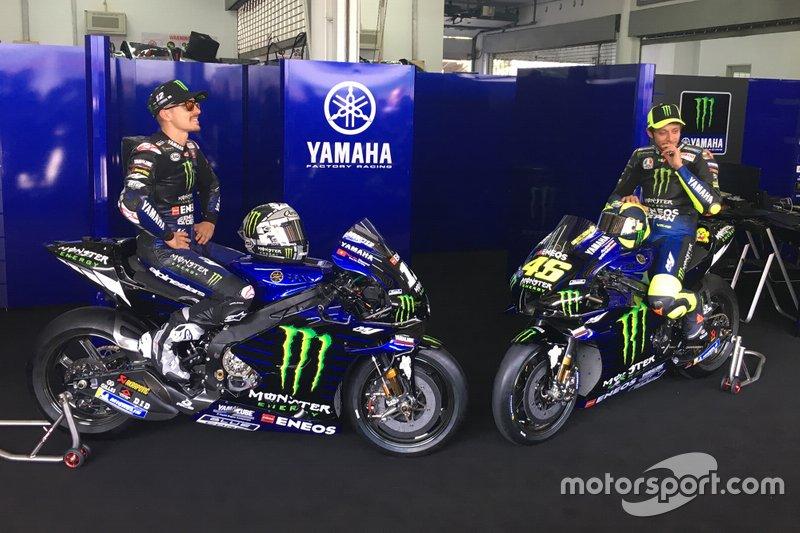 Maverick Vinales e Valentino Rossi com a nova M1 da Yamaha Factory Racing