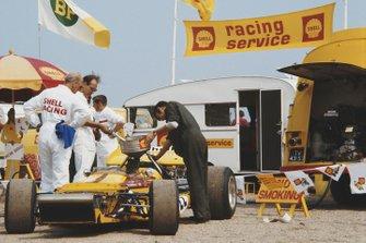 Auto di Ronnie Peterson, March 701 Ford viene rifornita di carburante al GP d'Olanda del 1970