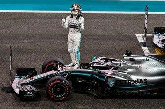 Lewis Hamilton, Mercedes AMG F1, sur la grille après avoir décroché la grille de départ