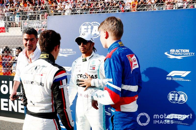 El campeón de F2 Nyck De Vries, ART Grand Prix, el campeón de F1 Lewis Hamilton, Mercedes AMG F1, y el campeón de F3 Robert Shwartzman, PREMA Racing