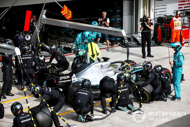 Mercedes decidió parar de nuevo a Hamilton para montarle blandas nuevas, pero el inglés volvió cuarto, por detrás de Verstappen, Albon y Gasly