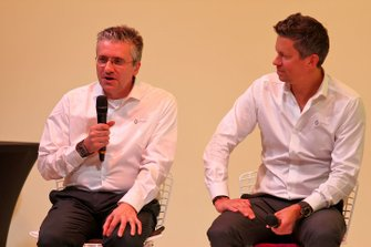 Pat Fry, Renault F1 Team Technical Director (Chassis) con Marcin Budkowski, Renault F1 Team Executive Directo