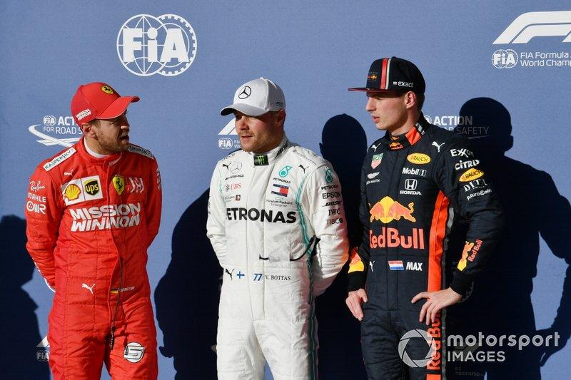 Valtteri Bottas, Mercedes AMG F1, celebra con Sebastian Vettel, Ferrari, y Max Verstappen, Red Bull Racing, después de tomar la Pole Position