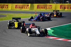 Kimi Raikkonen, Alfa Romeo Racing C38, lidera Daniel Ricciardo, Renault F1 Team R.S.19, Daniil Kvyat, Toro Rosso STR14 y Max Verstappen, Red Bull RB15.