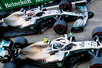 Il vincitore della gara Valtteri Bottas, Mercedes AMG W10 e Lewis Hamilton, Mercedes AMG F1 W10, nel parco chiuso