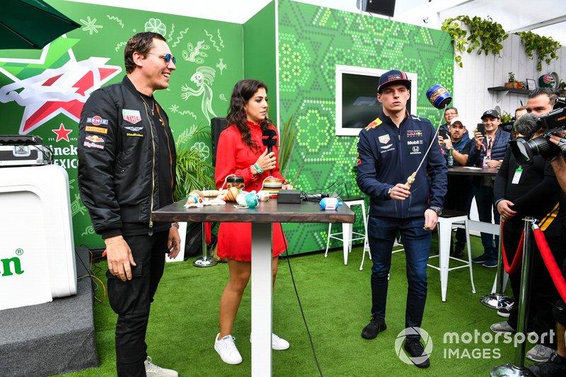 DJ Tiesto se reúne con Max Verstappen, Red Bull Racing, en la zona de fans de Heineken