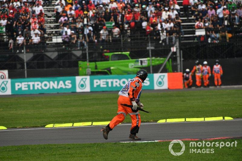 Un marshal rimuove dei detriti dalla pista