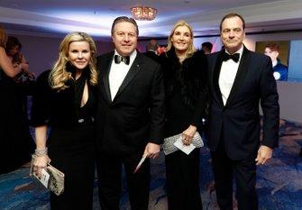 Zak Brown, directeur exécutif de McLaren, et Tracy Brown avec des invités
