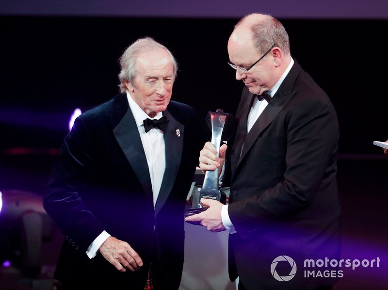 El premio Gregor Grant para el Gran Premio de Mónaco es recibido por el Príncipe Alberto II de Mónaco y presentado por Sir Jackie Stewart