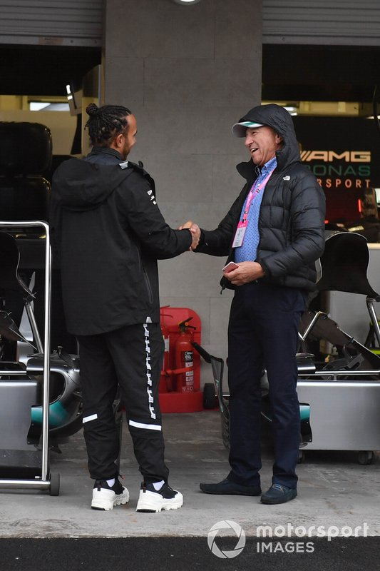 Гонщик Mercedes AMG F1 Льюис Хэмилтон и Джо Рамирес