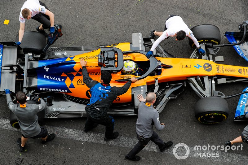 Lando Norris, McLaren MCL34, iviene riportato nel garage
