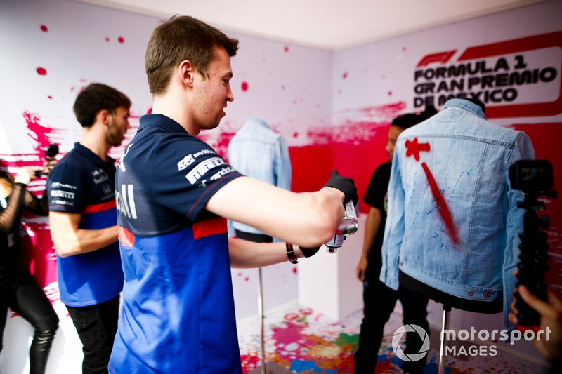 Daniil Kvyat, Toro Rosso and Pierre Gasly, Toro Rosso spray paint clothing