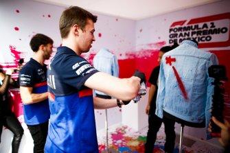 Daniil Kvyat, Toro Rosso and Pierre Gasly, Toro Rosso spray paint clothing