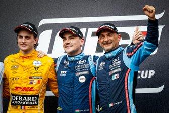 Подиум: победитель Норберт Михелис, BRC Hyundai N Squadra Corse, второе место – Орельен Панис, Comtoyou Team DHL CUPRA Racing, третье место – Габриэле Тарквини, BRC Hyundai N Squadra Corse