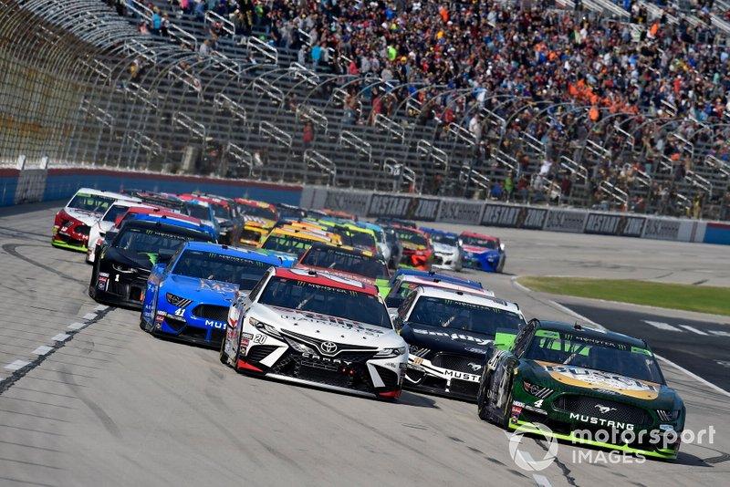 Kevin Harvick, Stewart-Haas Racing, Ford Mustang Busch Beer / Ducks Unlimited and Erik Jones, Joe Gibbs Racing, Toyota Camry Sport Clips