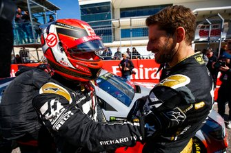 Romain Grosjean, Haas F1 Team Team, y Kevin Magnussen, Haas F1 Team, pilotan con Tony Stewart