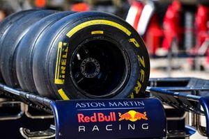 Una fila de neumáticos Pirelli para Red Bull