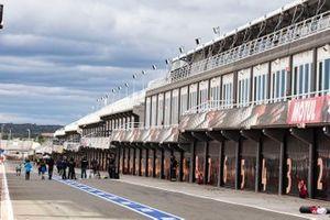 Valencia circuit pitlane atmosphere