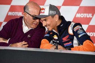 Carmelo Ezpeleta, PDG Dorna Sports, avec Jorge Lorenzo, Repsol Honda Team, lors de l'annonce de son retrait de la compétition