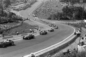 Harry Schell, BRM P25 voor Mike Hawthorn, Ferrari 246 en Stuart Lewis-Evans, Vanwall