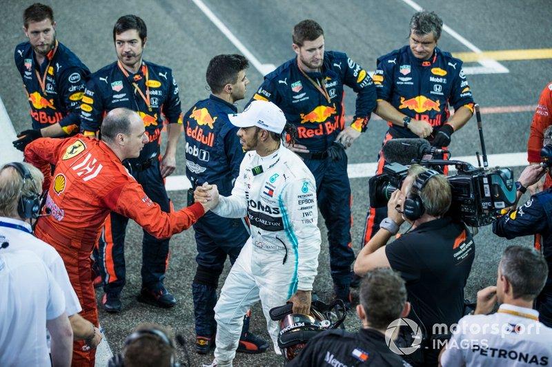 Lewis Hamilton, Mercedes AMG F1, 1ª posición, da la mano a los mecánicos de Red Bull y Ferrari al final de la carrera