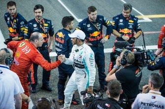 Lewis Hamilton, Mercedes AMG F1, primo classificato, stringe la mano ai meccanici della Red Bull e della Ferrari alla fine della gara