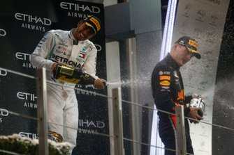 Lewis Hamilton, Mercedes AMG F1, primo classificato, e Max Verstappen, Red Bull Racing, secondo classificato, spruzza Champagne sul podio