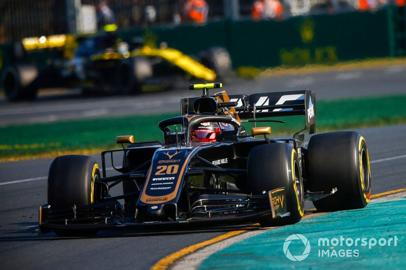Magnussen gives Hulkenberg no room while defending position