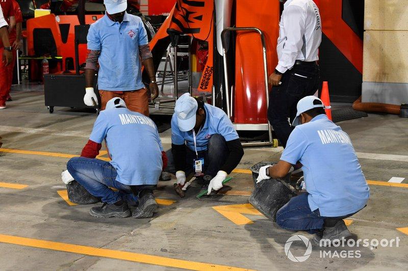 Operarios trabajando en el box de Ferrari