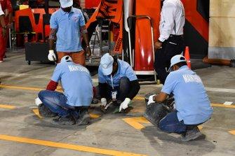 De la maintenance devant le stand Ferrari