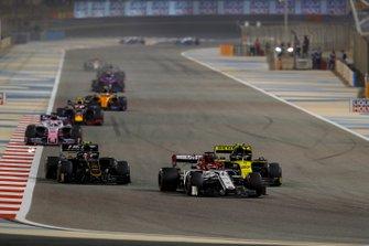 Kimi Raikkonen, Alfa Romeo Racing C38, devant Nico Hulkenberg, Renault R.S. 19, et Kevin Magnussen, Haas F1 Team VF-19
