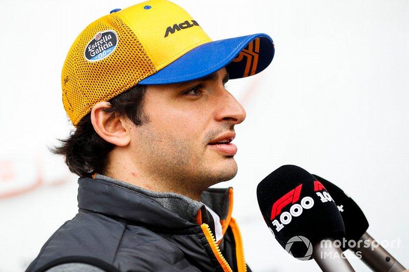 Carlos Sainz Jr., McLaren, parla con i media