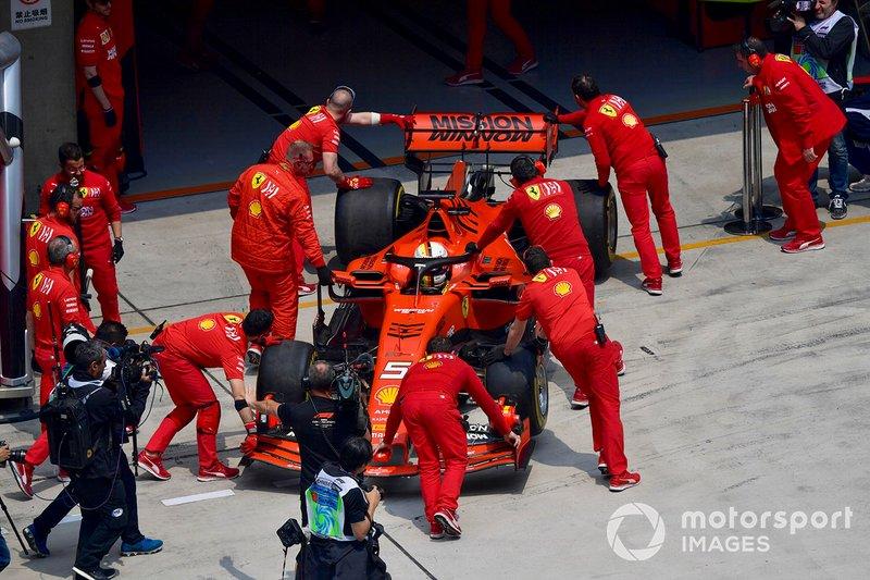 Sebastian Vettel, Ferrari SF90, viene riportato nel garage