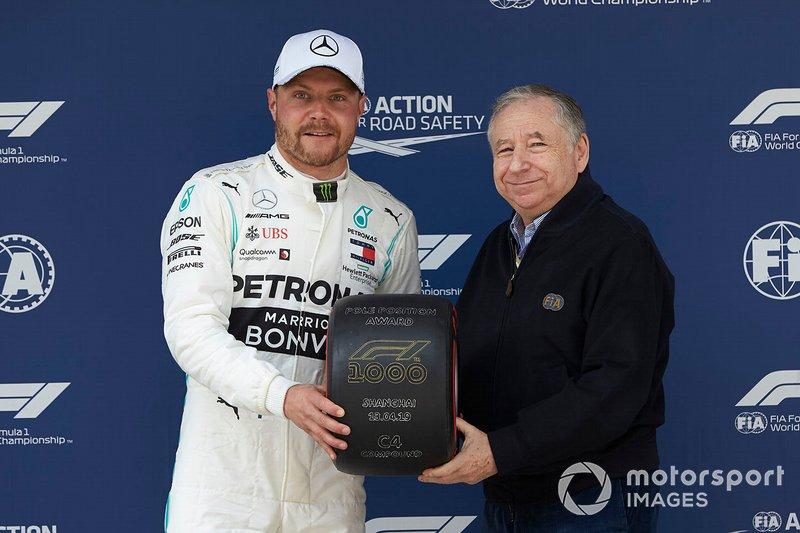 Valtteri Bottas, Mercedes AMG F1, recibe su premio Pirelli Pole Position de manos de Jean Todt, Presidente, FIA