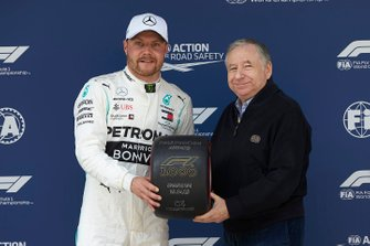 Valtteri Bottas, Mercedes AMG F1, receives his Pirelli Pole Position award from Jean Todt, President, FIA