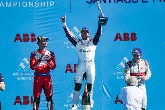 Le vainqueur Sam Bird, Envision Virgin Racing, fête sa victoire sur le podium aux côtés du deuxième, Pascal Wehrlein, Mahindra Racing, et du troisième, Daniel Abt, Audi Sport ABT Schaeffler
