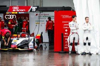Lucas Di Grassi, Audi Sport ABT Schaeffler, Audi e-tron FE05, Robin Frijns, Envision Virgin Racing, Audi e-tron FE05 talk in the pit lane