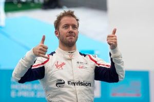 Le vainqueur Sam Bird, Envision Virgin Racing monte sur le podium
