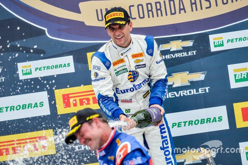 Daniel Serra e comemorou com champanhe em cima de Rubens Barrichello.